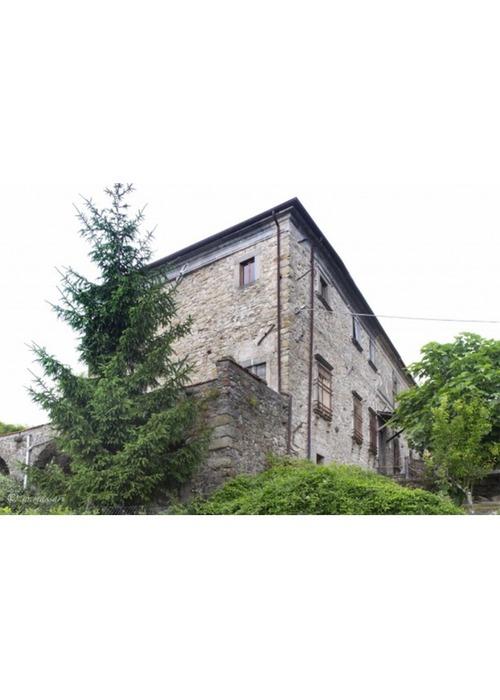 Antico casale padronale in posizione dominante in un piccolo borgo medievale.